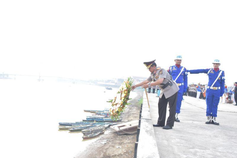 https: img-o.okeinfo.net content 2019 07 02 340 2073540 hut-ke-73-bhayangkara-polda-jambi-tabur-bunga-di-sungai-batanghari-JnLzZlQiYO.jpg