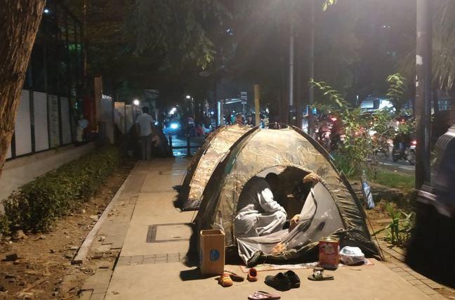 https: img-o.okeinfo.net content 2019 07 04 338 2074810 para-pencari-suaka-asal-afghanistan-tidur-di-trotoar-jalan-kebon-sirih-KyfE8zHYZT.JPG