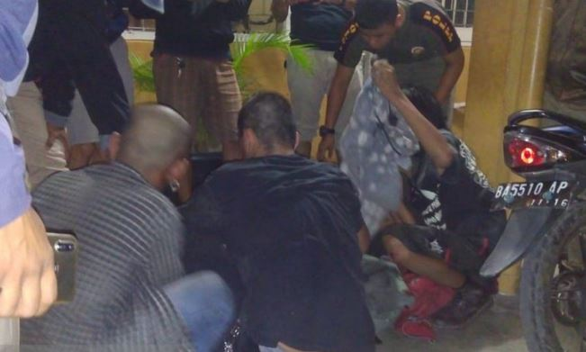 https: img-o.okeinfo.net content 2019 07 05 340 2074867 kantor-satpol-pp-padang-diserang-anak-punk-seorang-anggota-terluka-zmH4Po8aUJ.JPG