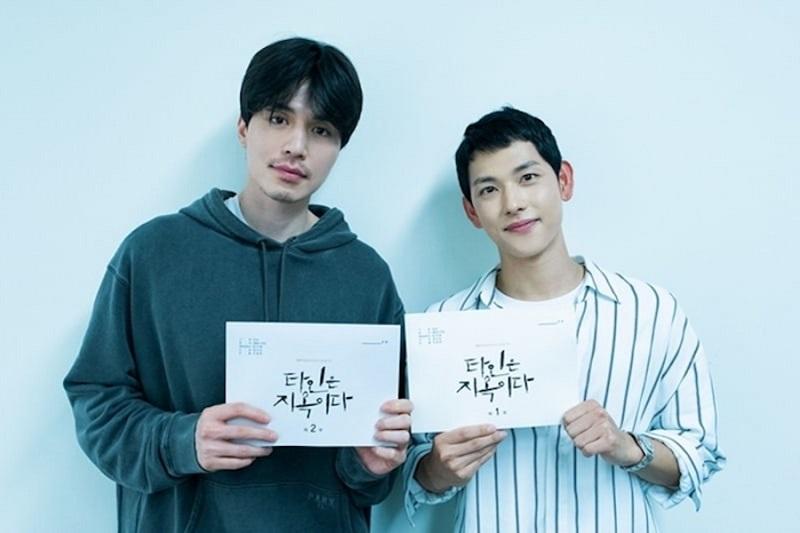 https: img-o.okeinfo.net content 2019 07 05 598 2075256 segera-tayang-lee-dong-wook-dan-im-siwan-selesaikan-pembacaan-skrip-strangers-from-hell-n6Yl0o97s8.JPG