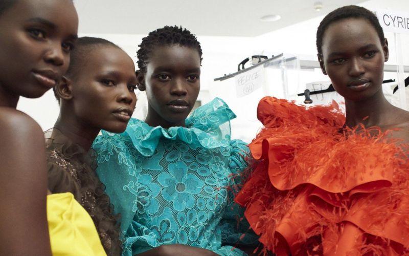 https: img-o.okeinfo.net content 2019 07 06 194 2075326 dari-tenda-pengungsian-para-wanita-afrika-ini-menjelma-jadi-supermodel-dunia-SUFitXt6he.jpg