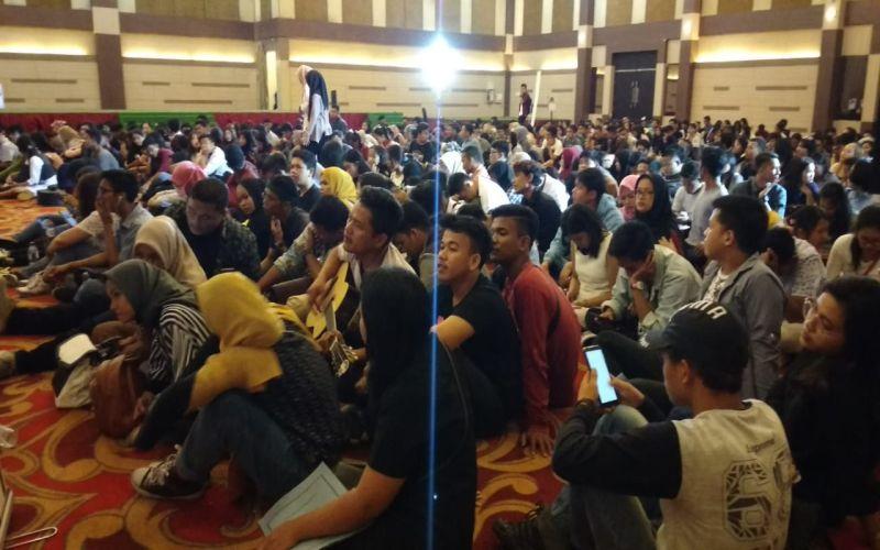 https: img-o.okeinfo.net content 2019 07 07 598 2075785 ikuti-audisi-indonesian-idol-ratusan-peserta-di-medan-antre-sejak-subuh-XBTnDB0A08.jpg