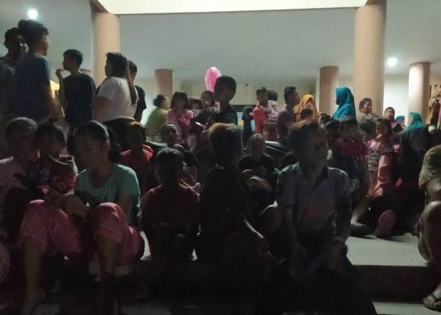 https: img-o.okeinfo.net content 2019 07 08 340 2075832 warga-mengungsi-di-kantor-bupati-boltim-usai-gempa-di-malut-dan-sulut-gyTLEfIuQ8.jpg