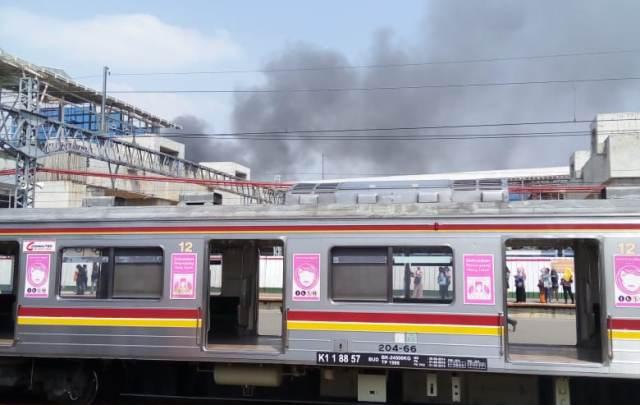 https: img-o.okeinfo.net content 2019 07 10 338 2076964 kebakaran-melanda-rumah-tinggal-di-dekat-stasiun-manggarai-XJEzzSHy3O.jpg