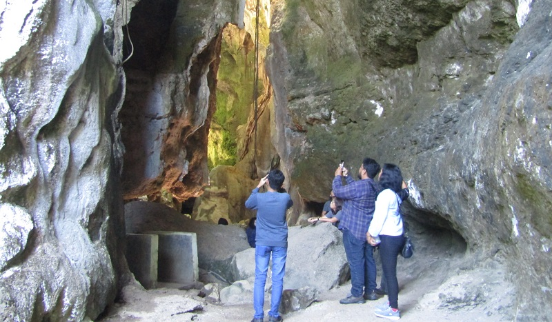 https: img-o.okeinfo.net content 2019 07 12 406 2078095 melihat-keindahan-gua-batu-cermin-yang-dikunjungi-presiden-jokowi-JhIOfsu95q.jpg