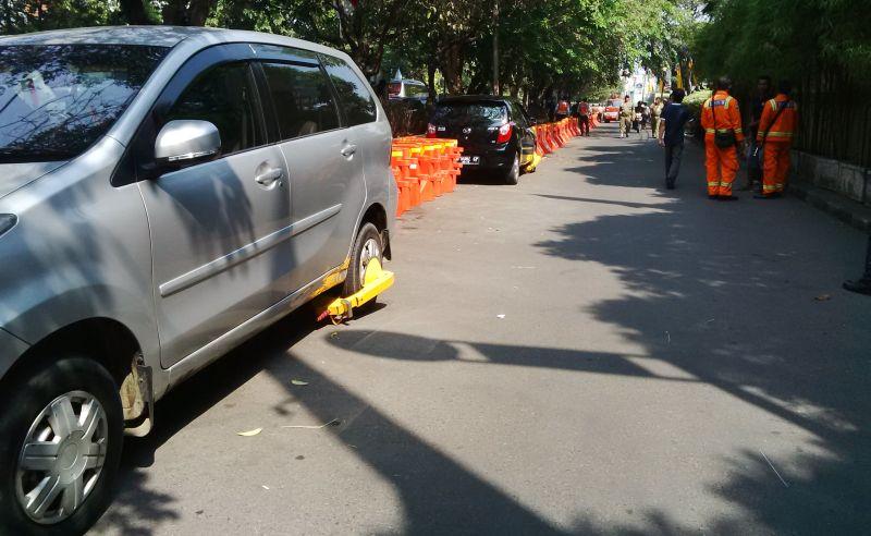 https: img-o.okeinfo.net content 2019 07 12 512 2077888 viral-banyak-mobil-digembok-akibat-parkir-sembarangan-depan-sgm-K95FbeKaWG.jpg