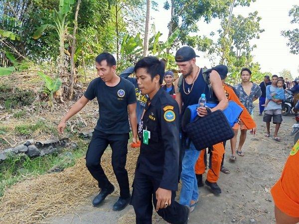 https: img-o.okeinfo.net content 2019 07 14 340 2078730 3-wna-penumpang-helikopter-jatuh-di-lombok-tengah-dilarikan-ke-rsud-praya-FtaeAYQO2Q.jpg