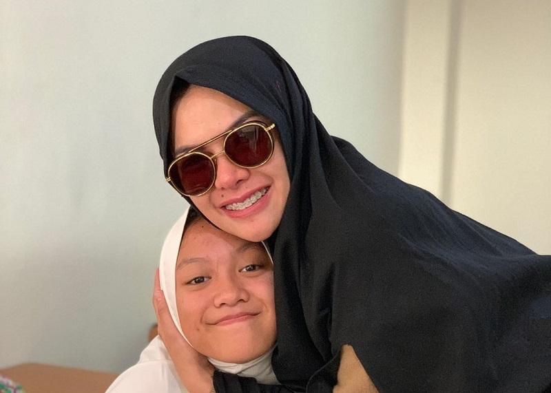 https: img-o.okeinfo.net content 2019 07 15 33 2078972 antar-anak-ke-sekolah-islam-nikita-mirzani-kenakan-hijab-syar-i-AOrxj0L6Ol.jpg