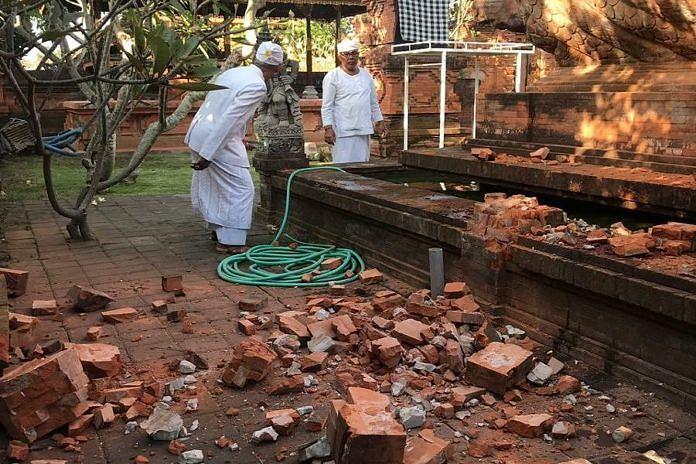 https: img-o.okeinfo.net content 2019 07 16 244 2079593 pura-agung-lokanantha-rusak-akibat-gempa-bali-jE90sGJubg.jpg