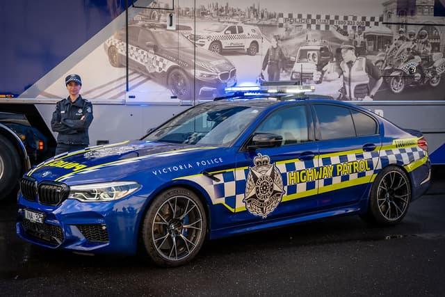 https: img-o.okeinfo.net content 2019 07 16 52 2079424 miliki-label-m-bmw-ini-jadi-mobil-polisi-tercepat-di-australia-ejsbHxfSkZ.jpg