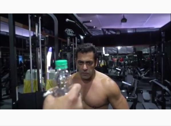 https: img-o.okeinfo.net content 2019 07 16 612 2079655 melalui-bottle-cap-challenge-ada-pesan-khusus-dari-salman-khan-di-akhir-video-yKXGeFD89w.jpg