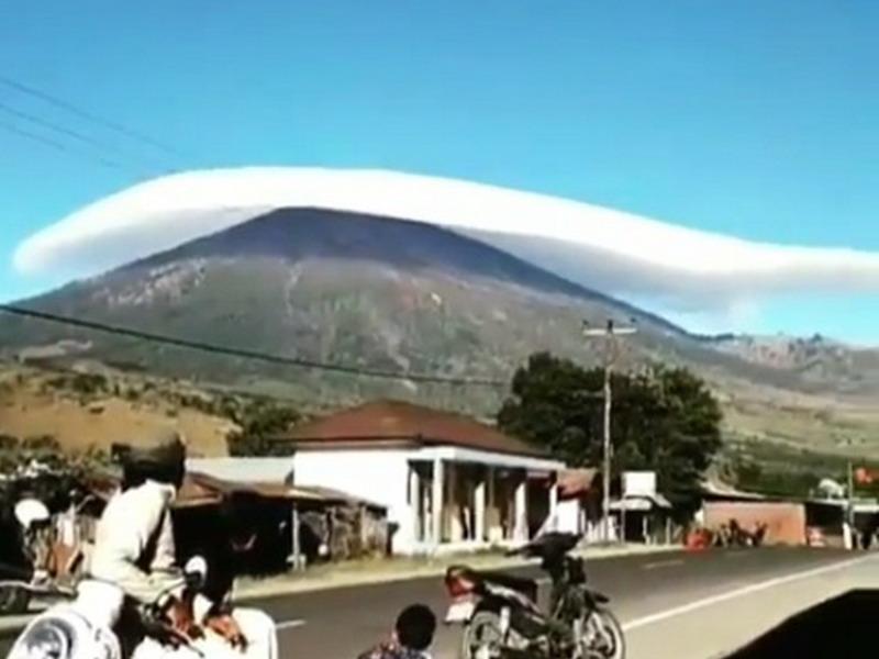 https: img-o.okeinfo.net content 2019 07 17 340 2080125 viral-topi-awan-di-langit-gunung-rinjani-tuai-decak-kagum-pgE7sLK73L.jpg