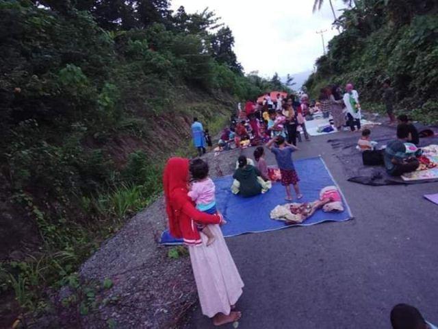 https: img-o.okeinfo.net content 2019 07 17 340 2080272 korban-gempa-halmahera-selatan-butuh-makanan-minuman-dan-air-bersih-TOZgoh12Ik.jpg