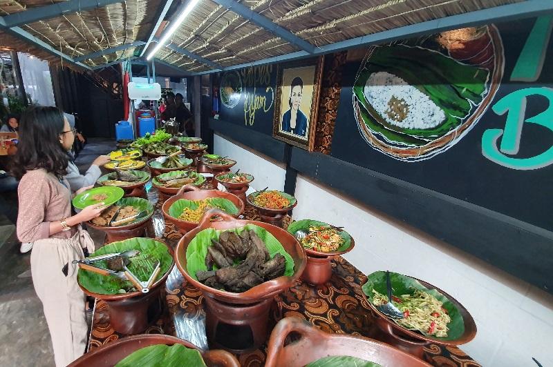 https: img-o.okeinfo.net content 2019 07 21 298 2081678 rekomendasi-tempat-santap-hidangan-khas-sunda-bersama-keluarga-di-akhir-pekan-47WEYZCVnP.jpg