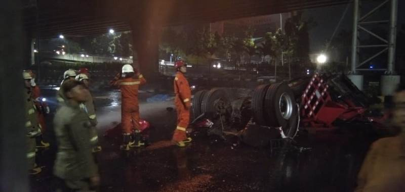 https: img-o.okeinfo.net content 2019 07 21 338 2081608 identitas-2-dari-3-korban-tewas-dalam-terbakarnya-truk-tangki-pertamina-di-rawamangun-XHIHlpwcrl.jpeg