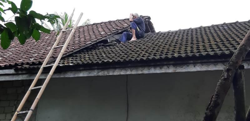 https: img-o.okeinfo.net content 2019 07 22 340 2081791 kakek-slamet-kembali-bikin-heboh-habis-terjun-ke-sumur-kini-nangkring-di-atap-rumah-FdEXgWitC8.jpeg