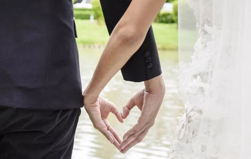 https: img-o.okeinfo.net content 2019 07 24 612 2083156 cari-ide-foto-pre-wedding-yang-gak-ribet-coba-gaya-kasual-ini-yazYqnK3pn.jpg