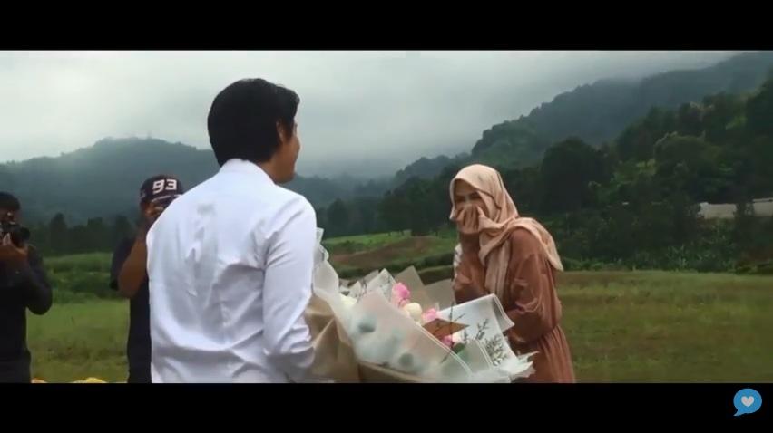 https: img-o.okeinfo.net content 2019 07 25 33 2083486 romantis-viral-video-roger-danuarta-lamar-cut-meyriska-usai-parasailing-oGGS95QcXs.jpg