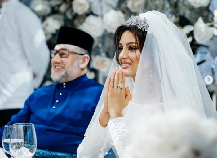https: img-o.okeinfo.net content 2019 07 31 196 2085914 resmi-cerai-sultan-muhammad-v-telah-talak-tiga-oksana-voevodina-EjEKFJBmxz.jpg