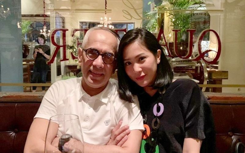 https: img-o.okeinfo.net content 2019 07 31 33 2085855 dicibir-netizen-soal-beda-usia-intip-foto-romantis-bunga-zainal-dan-suami-nTBtV1PSqi.jpg