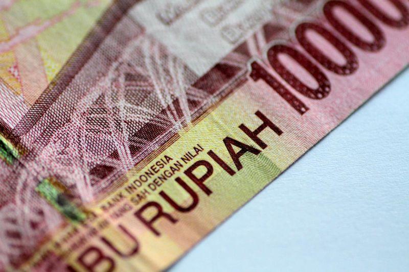 https: img-o.okeinfo.net content 2019 08 05 278 2087971 ekonomi-semester-i-2019-melambat-rupiah-anjlok-ke-rp14-255-usd-Y8ITtnJwkR.jpg