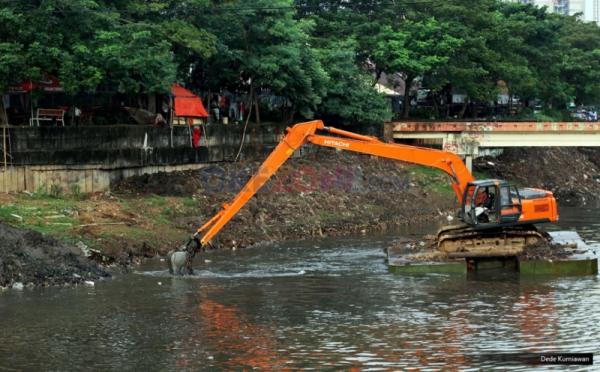 https: img-o.okeinfo.net content 2019 08 05 338 2087770 pemprov-dki-keruk-sejumlah-kali-cegah-banjir-saat-musim-hujan-xRHOykhmzo.jpg