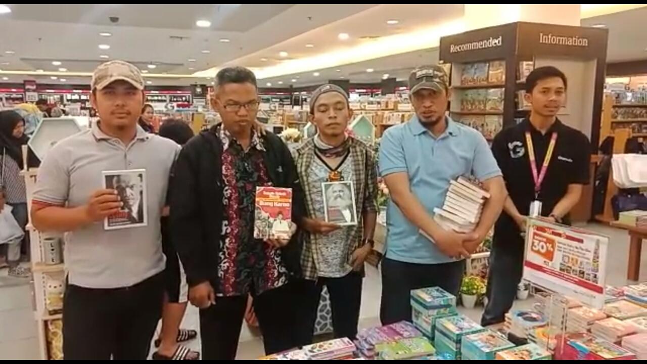 https: img-o.okeinfo.net content 2019 08 05 609 2087778 sekelompok-orang-razia-buku-berpaham-kiri-di-gramedia-makassar-43PAHOBSTN.jpg