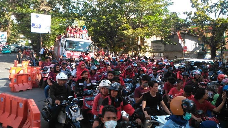 https: img-o.okeinfo.net content 2019 08 07 49 2088918 juara-kratingdaeng-piala-indonesia-skuad-psm-diarak-ribuan-suporter-Mlr55P0L9h.jpg