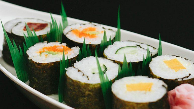 https: img-o.okeinfo.net content 2019 08 08 298 2089235 terungkap-ini-alasan-kenapa-ada-selipan-rumput-plastik-di-sushi-bungkusan-Wf4cEJOaWN.jpg