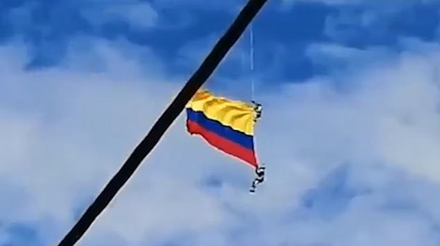 https: img-o.okeinfo.net content 2019 08 12 18 2090922 detik-detik-dua-prajurit-kolombia-jatuh-saat-kibarkan-bendera-menggunakan-helikopter-j9WTm2Gqtu.jpg