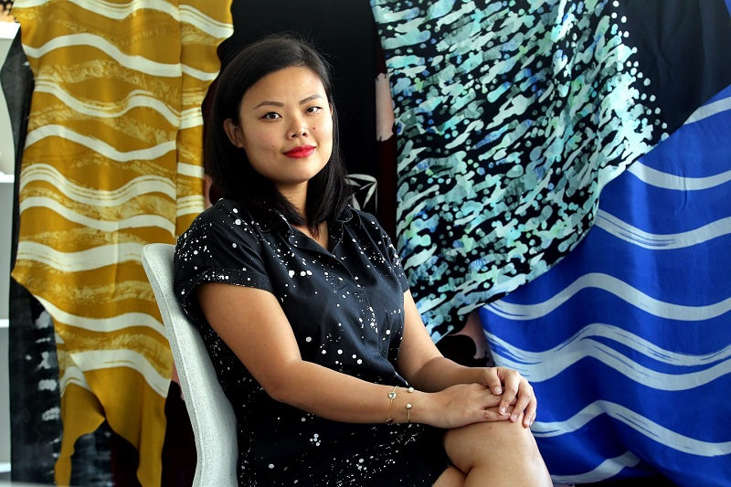 https: img-o.okeinfo.net content 2019 08 12 194 2091074 kisah-inspiratif-fern-chua-desainer-batik-malaysia-berani-dobrak-konsep-tradisional-57DDdr9yVT.jpg