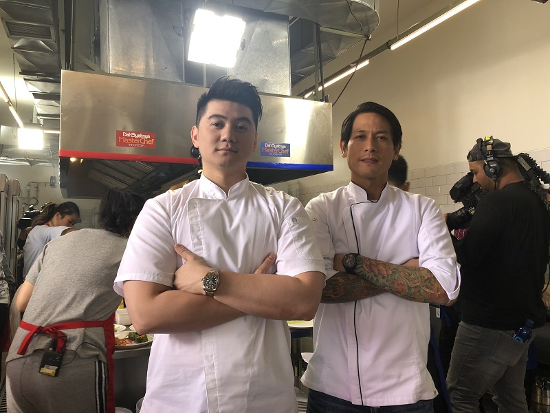 https: img-o.okeinfo.net content 2019 08 12 298 2090699 chef-arnold-bongkar-rahasia-di-balik-pose-khas-chef-juna-frbkfgQpHP.jpg