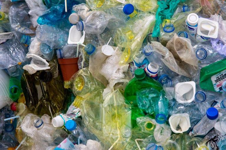 https: img-o.okeinfo.net content 2019 08 13 1 2091378 berkomitmen-atasi-masalah-sampah-plastik-unilever-lakukan-upaya-dari-hulu-ke-hilir-Qg7EhgWvMy.jpg
