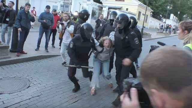 https: img-o.okeinfo.net content 2019 08 13 18 2091204 video-polisi-rusia-meninju-pedemo-wanita-picu-kemarahan-warga-fnddzKnpc1.jpg