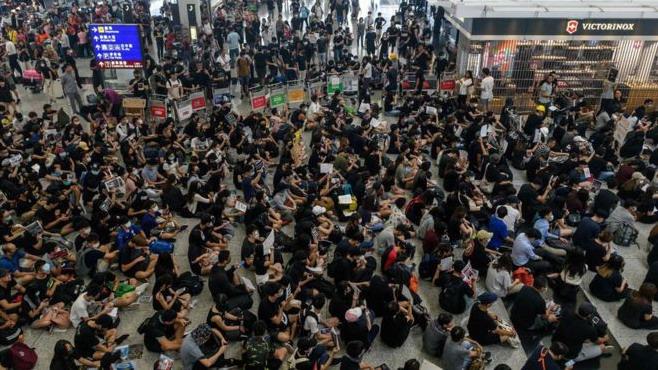 https: img-o.okeinfo.net content 2019 08 13 18 2091541 75-wni-terdampak-penundaan-penerbangan-akibat-demonstrasi-massal-hong-kong-cVKysH645P.jpg