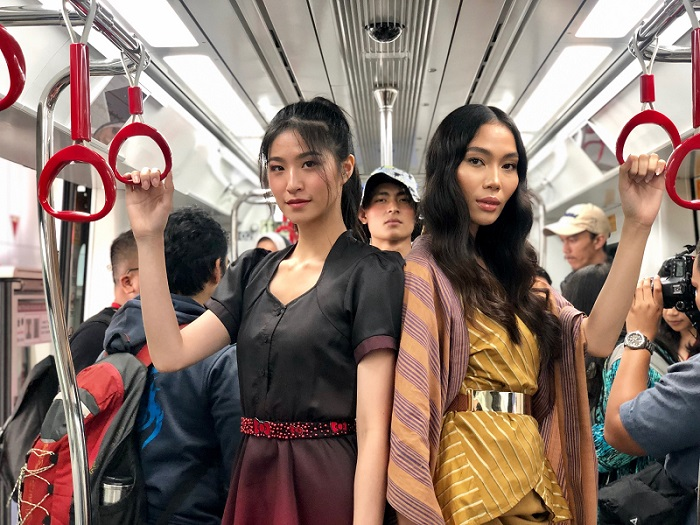 https: img-o.okeinfo.net content 2019 08 13 194 2091491 fashion-show-di-lrt-16-looks-desainer-jfff-ini-tampilkan-sisi-lain-jakarta-STJeI4BBcx.jpeg