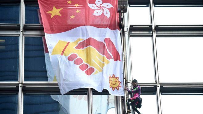 https: img-o.okeinfo.net content 2019 08 16 18 2092778 spiderman-prancis-panjat-dan-gelar-spanduk-perdamaian-di-gedung-pencakar-langit-hong-kong-8y2Gnafixl.jpg