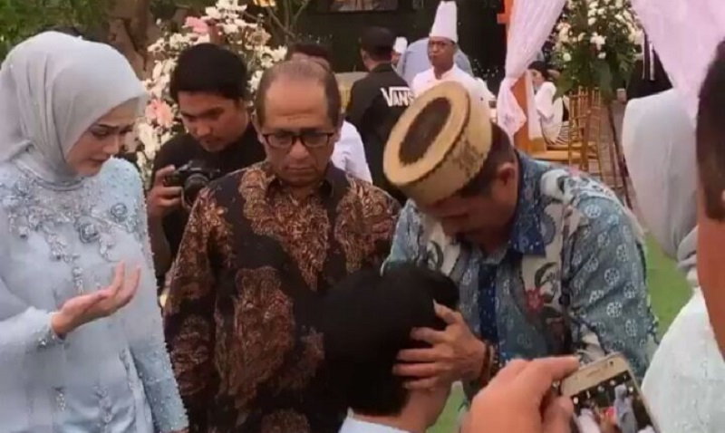 https: img-o.okeinfo.net content 2019 08 16 33 2092975 potret-roger-danuarta-jelang-pernikahannya-dengan-cut-meyriska-7S9jJJ8NGZ.jpg