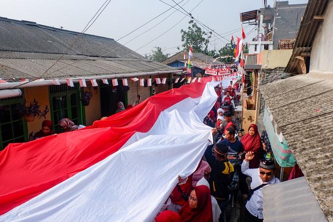 https: img-o.okeinfo.net content 2019 08 17 338 2093350 rayakan-hut-ri-warga-tangerang-bentangkan-bendera-merah-putih-sepanjang-74-meter-PmAvgeynYW.jpg