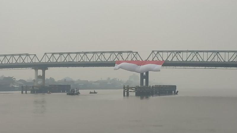 https: img-o.okeinfo.net content 2019 08 17 340 2093141 hut-ke-74-ri-bendera-merah-putih-raksasa-berkibar-di-atas-sungai-terpanjang-di-indonesia-Utpnh976FV.jpg