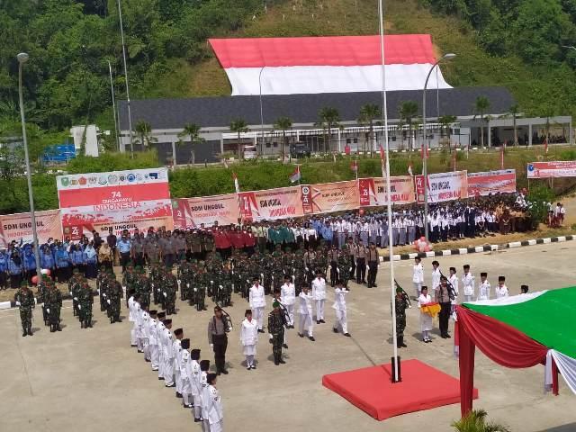 https: img-o.okeinfo.net content 2019 08 17 340 2093321 tentara-malaysia-bantu-kibarkan-bendera-merah-putih-raksasa-di-perbatasan-MsqwMuG8jD.jpg