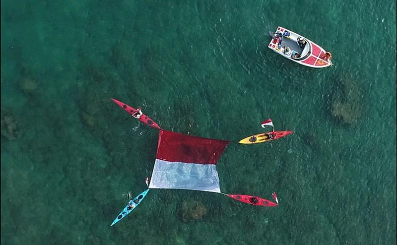https: img-o.okeinfo.net content 2019 08 18 406 2093388 uniknya-pengibaran-merah-putih-di-darat-laut-dan-udara-di-tanjung-lesung-V7XIXlETNM.jpg