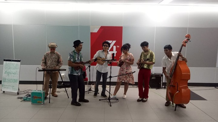 https: img-o.okeinfo.net content 2019 08 19 205 2093655 rayakan-kemerdekaan-cikini-tropical-sound-hibur-pengguna-mrt-CubfHJJbfb.jpg