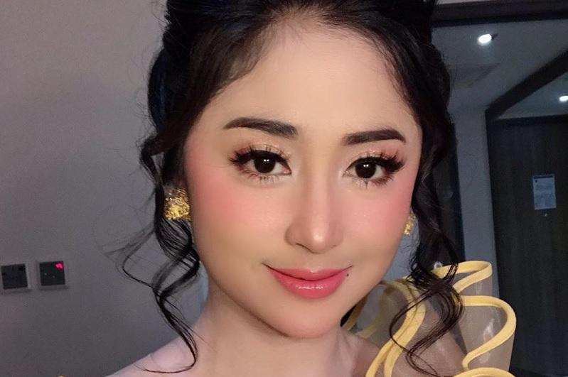 https: img-o.okeinfo.net content 2019 08 19 33 2094018 nyanyi-sambil-gendong-seorang-anak-dewi-perssik-tuai-pujian-netizen-lvFCIi4rlb.jpg