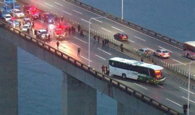 https: img-o.okeinfo.net content 2019 08 20 18 2094456 pria-bersenjata-bajak-bus-penuh-penumpang-di-brasil-iYienPsGYQ.jpg