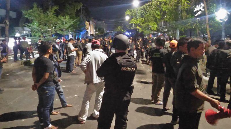 https: img-o.okeinfo.net content 2019 08 20 609 2094087 polisi-jaga-dan-beri-makan-penghuni-asrama-papua-di-makassar-pasca-tawuran-QLepVqD2JA.jpg