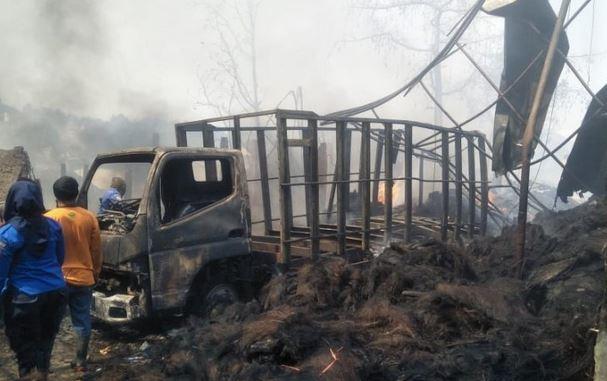 https: img-o.okeinfo.net content 2019 08 22 525 2095343 kebakaran-pabrik-ijuk-di-cianjur-3-rumah-bengkel-ikut-terbakar-qCP9MXYlpP.JPG
