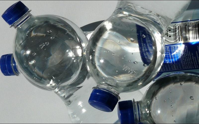 https: img-o.okeinfo.net content 2019 08 24 481 2096046 waspada-ini-4-bahaya-minum-air-dari-botol-plastik-berulang-kali-BNLGVKHY5v.jpg