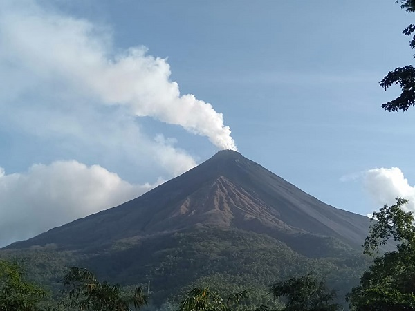 https: img-o.okeinfo.net content 2019 08 25 340 2096461 gunung-karangetang-luncurkan-lava-panas-warga-sekitar-dievakuasi-W7hfr1FcGt.jpg