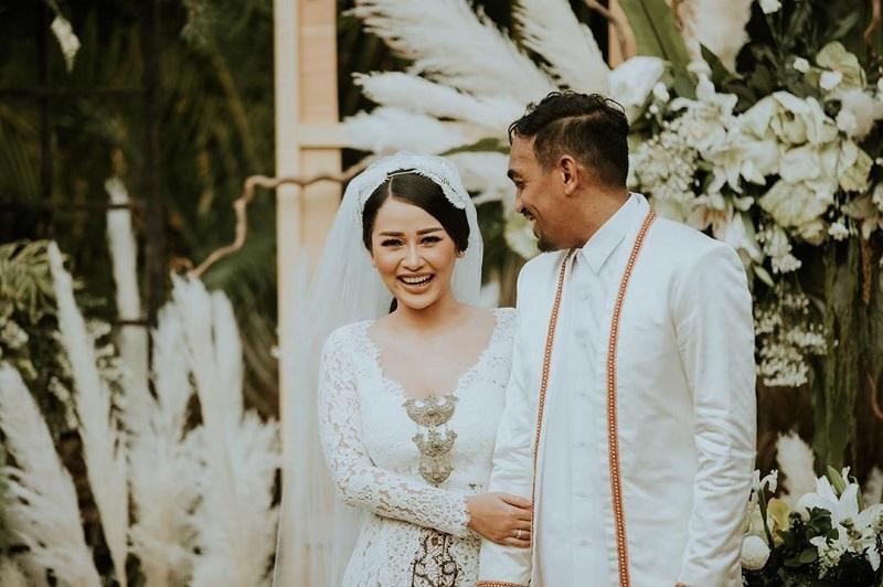 https: img-o.okeinfo.net content 2019 08 26 33 2096668 akhirnya-glenn-fredly-rilis-foto-pernikahan-dengan-mutia-ayu-XnOG26DAbJ.jpg